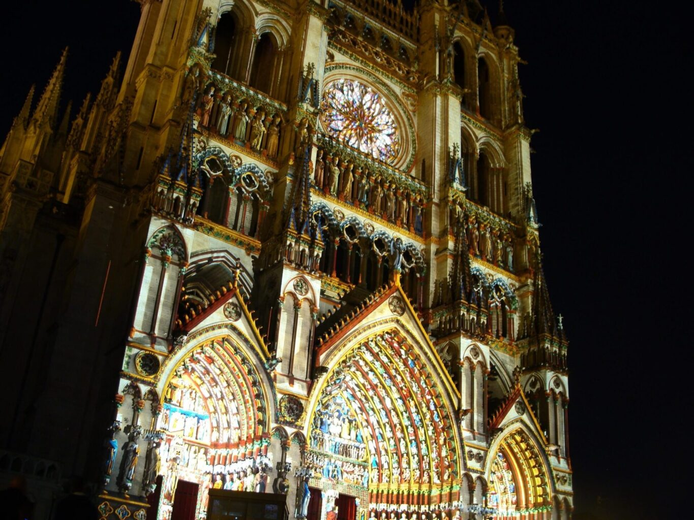INFOS TOURISTIQUES Cathedrale Amiens couleurs scaled scaled